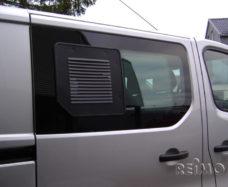 Reshyotka ventilyatsionnaya dlya razdvizhnyh okon pravaya Renault Trafic Opel Vivaro
