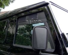 Ventilyatsionnaya reshyotka Land Rover Defender bokovoe okno 1983 goda sprava