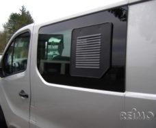 Ventilyatsionnaya reshyotka dlya razdvizhnogo okna sleva Renault Trafic Opel Vivaro