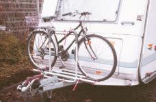 67 Velobagazhnik na dyshlo dlya pritsepa Polo na 2 velosipeda