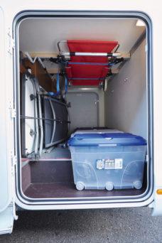 71 Nesushhaya shina TransSAFE s aksessuarami dlya potolochnogo montazha v zadnem garazhe
