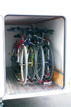 74 Velokreplenie Carry Bike Garage Plus dlya 2 maks 4 velosipeda dlya zadnego garazha